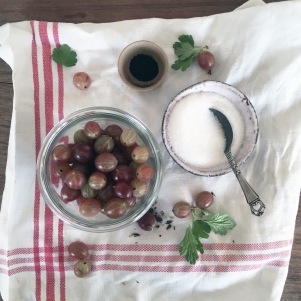 Stikkelsbærmarmelade 1 sylteglas (3,7 dl) 3 dl. bær 1 dl. sukker Evt. lakridspulver