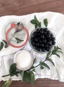 Solbærmarmelade med mynte 1 sylteglas(3,7 dl) 3 dl. bær 1 dl. sukker mynteblade